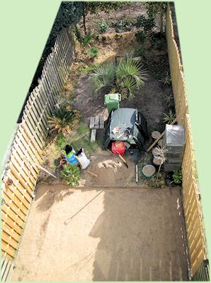 Het zandbed voor het nieuwe terras.