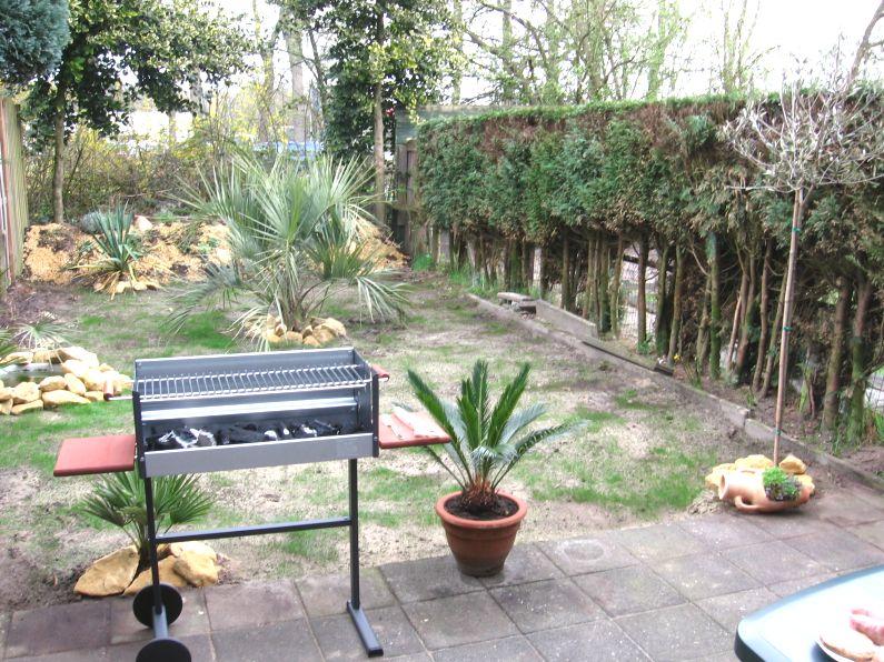 De eerste barbeque van het seizoen, in de nieuwe tuin