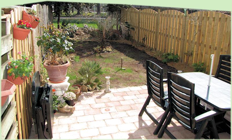 Een zonnige foto van een veranderde tuin.