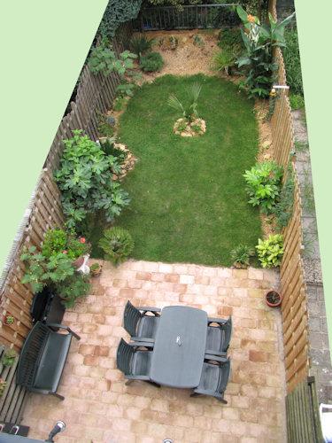 Een bovenaanzicht van de tuin in Augustus