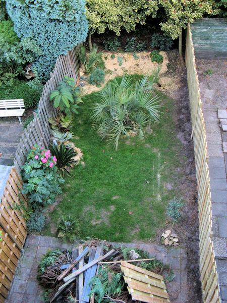 De tuin met de nieuwe schutting