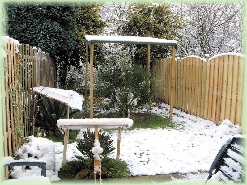 Een mooi besneeuwde tuin